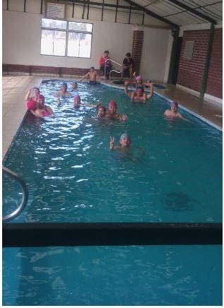piscina temperada con gente